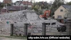 Знесення зведеного з порушеннями будинку, Львів (фото прес-служби Львівської міської ради)