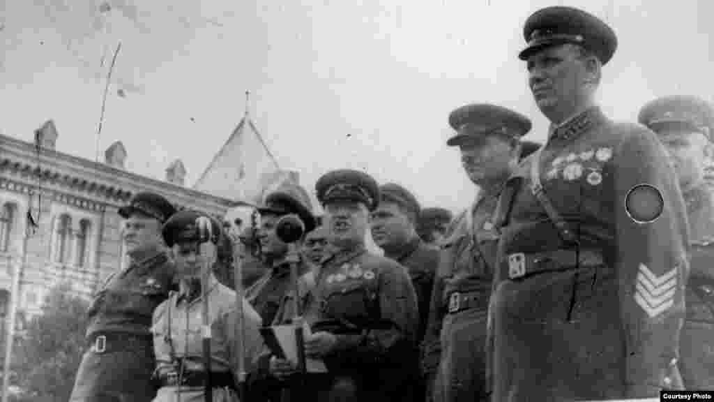 """Mareșalul G.K. Jukov, comandantul Grupului """"Sud"""" al Armatei Roșii, la 4 iulie 1940, la Chișinău (Source: ANM)."""