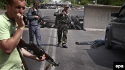 Бойовики затримали невідомого чоловіка, якого вони запідозрили в допомозі українським військовим, блокпост біля Слов'янська, 19 травня 2014 року