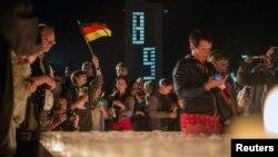 Демонстранти запалюють свічки в Лейпцигу в пам'ять про події 89-го року, 9 жовтня 2014 року