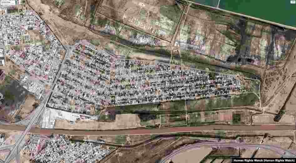 На этих снимках запечатлено селение Шор Дача, в пригороде Ашхабада, примерно в 7 километрах от центра города. Фото слева сделан в 2015 году, до того как началось разрушение домов. Фото справа сделан со спутника в августе 2016 года после завершения сноса. © 2017 CNES - Airbus DS; © 2017 DigitalGlobe; Источник: Google Earth