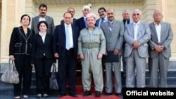 زعيم الحزب الديمقراطي الكردستاني مسعود بارزاني في لقاء مع معارضين من كرد سوريا