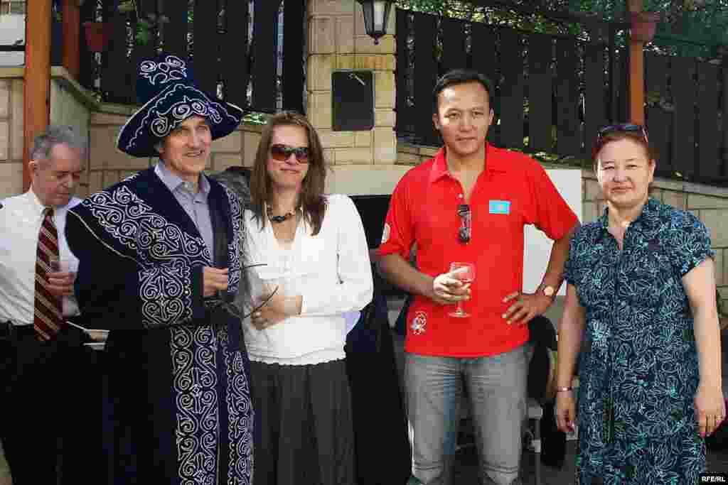 Қонаққа құрмет көрсетіліп, шапан да жабылды - Kazakhstan-Kazakh Service Web Party, RFE/RL President Jeffrey Gedmin With Kazakh Team