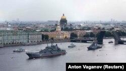 Корабли российского ВМФ выстроились для парада на Неве