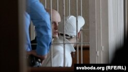 Ігар Аліневіч (на заднім пляне) у залі суда