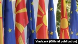 Знамиња на ЕУ и на Северна Македонија