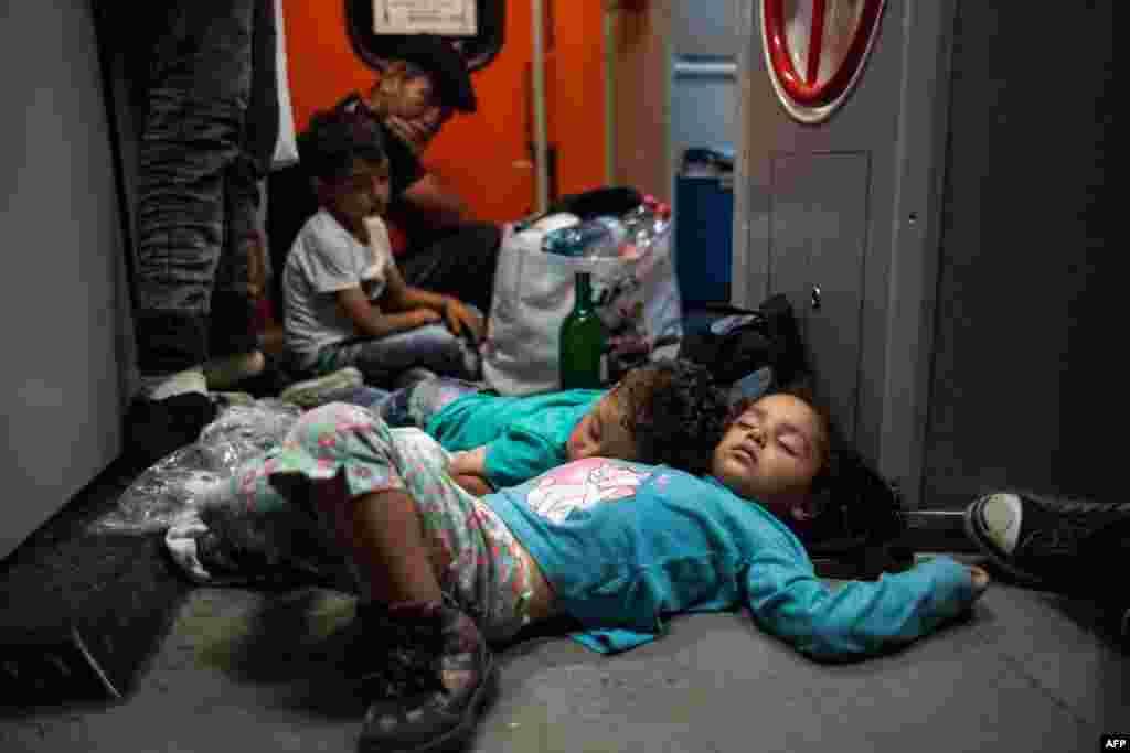Венгриядан Германияға баратын екі пойызға мініп кеткен мигранттарды Австрия шекарасында тоқтатты.31 тамыз 2015 жыл.