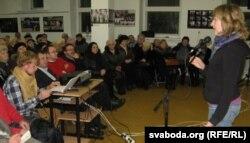 Юлія Дарашкевич (п) на відкритті виставки «Прес-фото Білорусі» у Гродні, 3 листопада 2012 року