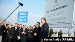 Na kraju, kaže Stefan Vladisavljev, projekte poput Mosta Zemun-Borča (na fotografiji svečanost puštanja u promet mosta) ili pruge Beograd-Budmpešta plaćaju građani Srbije, a ne Kina.