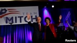 Respublikaçı Mitch McConnell, xanımı, ABŞ-ın keçmiş Əmək naziri Elaine Chao ilə tərəfdarlarını salamlayır.