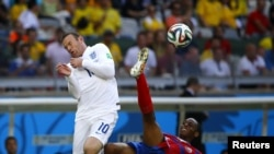 Brazil -- England's Wayne Rooney (L) fights for the ball with Costa Rica's Junior Diaz during their 2014 World Cup Group D soccer match at the Mineirao stadium in Belo Horizonte June 24, 2014. REUTERS/Damir Sagolj (BRAZIL - Tags: SOCCER SPORT WORLD CUP)