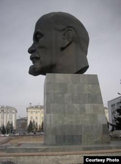 Памятник Ленину в Улан-Удэ. Вес изваяния - 42 тонны. Авторы - Георгий и Юрий Нерода