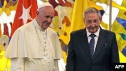 Папа Францішак разам з Раулем Кастра
