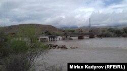 Мост, часть которого смыло горной рекой.