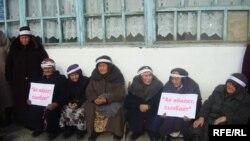 Исмаил Исаковты бостандыққа шығаруды талап етіп, акциясын өткізіп отырған Алай аймағындағы Сопу Корған ауыл тұрғындары. 14 қаңтар 2010 жыл.