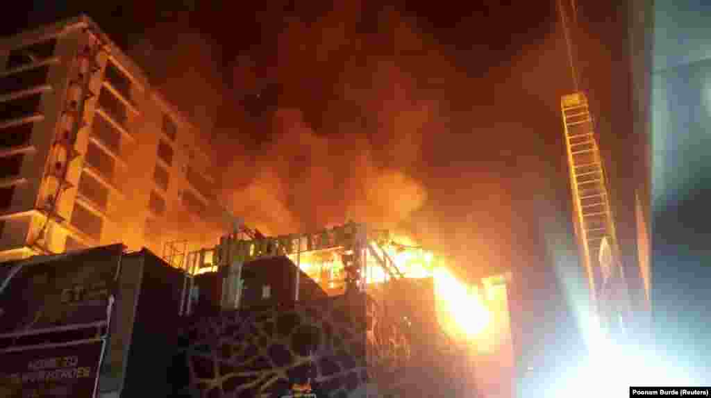 ИНДИА - Најмалку 15 луѓе го загубија животот во пожарот што избувнал во Мумбаи во зграда на чиј покрив се одржувала забава, соопшти полицијата. Пожарот избувнал во ресторан на покривот и за половина час ја уништил целата зграда.