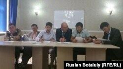 Лидеры неправительственных организаций подписывают меморандум о «совместных действиях для решения социальных конфликтов». Астана, 18 августа 2015 года.