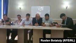 Fзаматтардың әлеуметтік құқықтарын бірігіп қорғау туралы меморандумға қол қойып жатқан үкіметтік емес ұйым жетекшілері. Астана, 18 тамыз 2015 жыл.