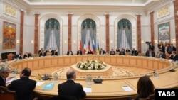 Membrii delegațiilor din Rusia, Ucraina, Germania și Franța negociază pacea în criza ucraioneană, Minsk, 11 februarie 2015