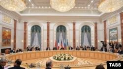Члены делегаций России, Украины, Германии и Франции на переговорах в Минске. 11.02.2015
