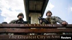 Солдаты Национальной гвардии США на одном из наблюдательных пунктов в Балтиморе, 28 апреля 2015 года.