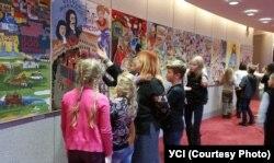 Діти в Національному театрі Словаччини на виставці плакатів про історію театру