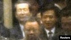 Ким Ҷонг-ил ҳангоми хуруҷ аз меҳмонсарои Муданҷиянг дар шимолушарқи Чин. 20-уми майи соли 2011.
