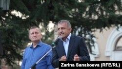 Спикер парламента Алан Тадтаев и президент самопровозглашенной Южной Осетии Анатолий Бибилов, архивное фото