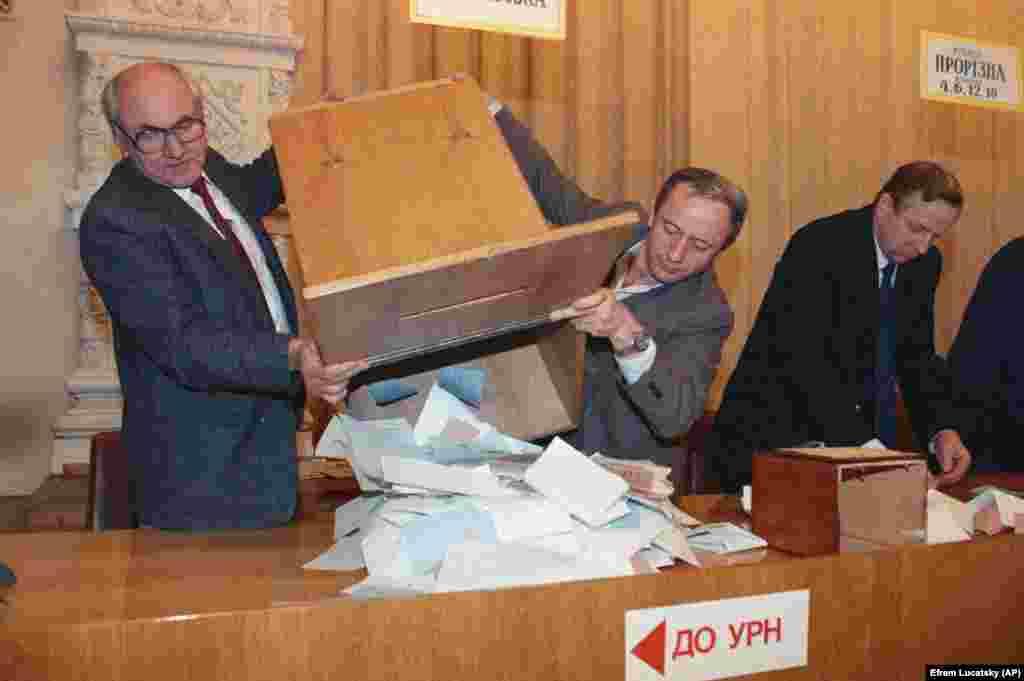 Перед початком підрахунку голосів на одній із виборчих дільниць в українській столиці на Всеукраїнському референдумі за незалежність України та президентських виборах. Київ, 1 грудня 1991 року Український народ на Всеукраїнському референдумі підтвердив прагнення жити в незалежній державі – 90,32% учасників референдуму відповіло: «Так». Загалом в голосуванні взяли участь 31 891 742 особи – 84,18% населення України. Референдум відбувся в усіх 27 адміністративних регіонах України: 24 областях, Автономній республіці Крим, Києві та Севастополі. Тільки після 1 грудня 1991 року Україну почали визнавати інші країни світу