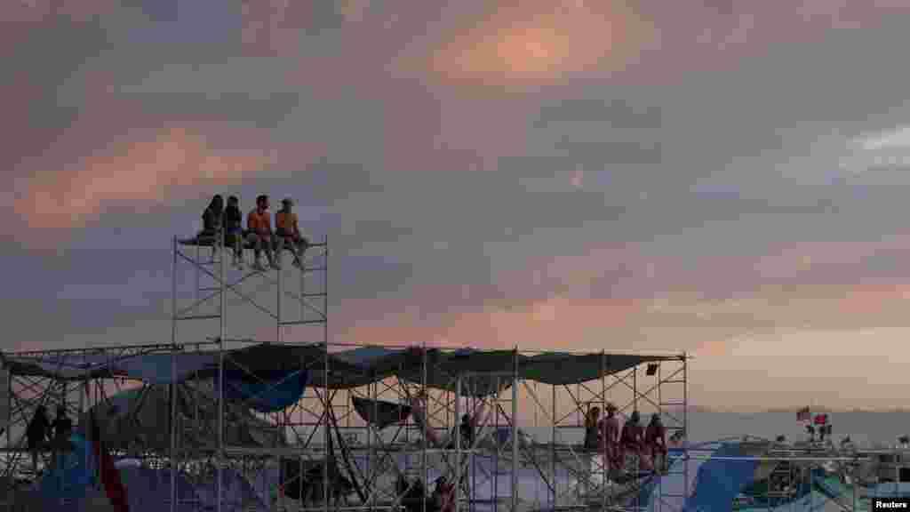 Участники фестиваля смотрят на закат солнца