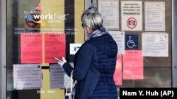 Жінка переглядає заявки на роботу від центру зайнятості у штаті Іллінойс, США, 9 квітня 2020 року