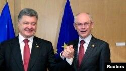 Президент України Петро Порошенко (Л) і президент Європейської ради Герман Ван Ромпей (П)