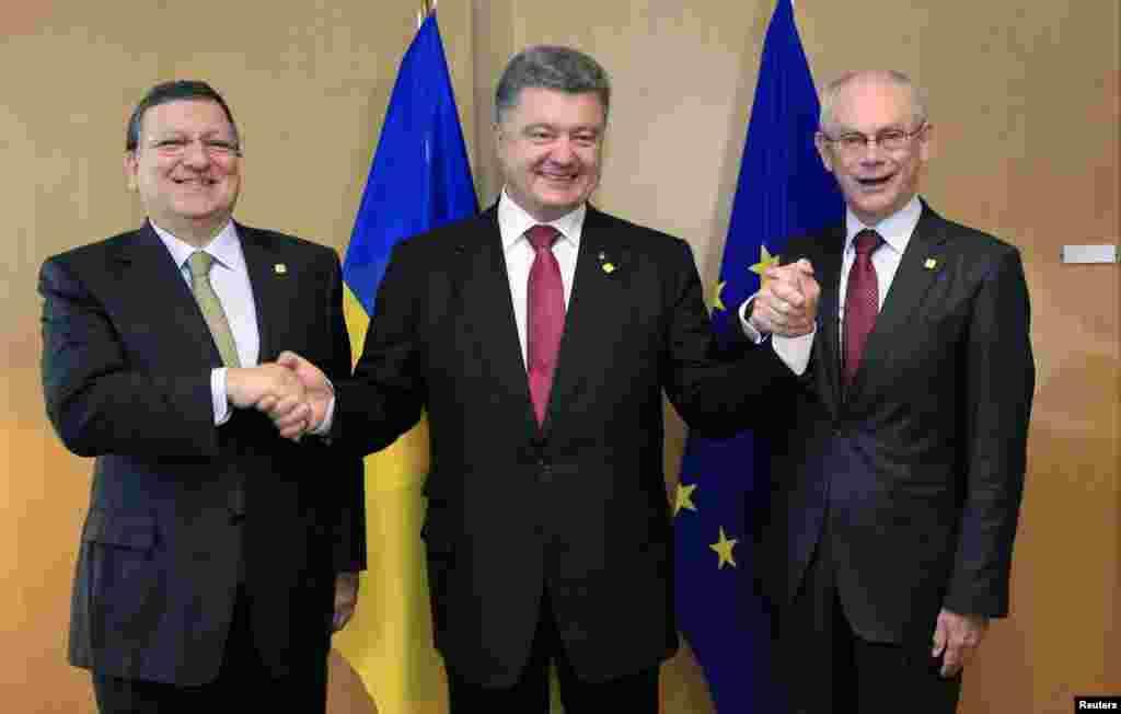 Після підписання Угоди про асоціацію України і ЄС. Голова Єврокомісії Жозе Мануель Баррозо (л), президент України Петро Порошенко (в центрі) і голова Європейської Ради Герман Ван Ромпей, Брюссель, 27 червня 2014 року