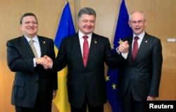 После подписания Соглашения об ассоциации Украины и ЕС. Тогдашние председатель Еврокомиссии Жозе Мануэль Баррозу (слева), президент Украины Петр Порошенко (в центре) и председатель Европейского совета Херман Ван Ромпёй. Брюссель, 27 июня 2014 года