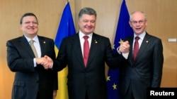 Голова Єврокомісії Жозе Мануель Баррозо (ліворуч), президент України Петро Порошенко (в центрі) і голова Європейської Ради Герман Ван Ромпей, Брюссель, 27 червня 2014 року