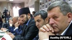 Әхтәм Чийгөз (у) җитәкләгән кырымтатар вәкиллеге татар конгрессында. 25-29 апрель 2014 ел