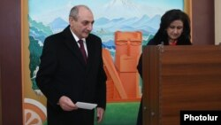 Президент Нагорного Карабаха Бако Саакян голосует на конституционном референдуме, Степанакерт, 20 февраля 2017 г.