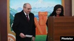 Бако Саакян, який називає себе «президентом Нагірного Карабаху», голосує щодо розширення своїх «повноважень», Ханкенді (Степанакерт), 20 лютого 2017 року