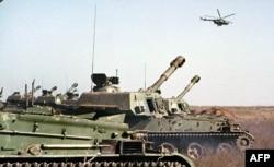 Российская боевая техника в Наурском районе Чечни. Октябрь 1999 года