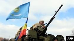 Вооруженные сепаратисты на бронетранспортере недалеко от города Дебальцево. 20 февраля 2015 года.