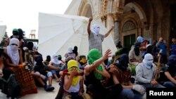 Maskirani Palestinci ispred džamije Al-Aqsa
