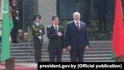 Türkmenistanyň prezidenti G.Berdimuhamedow (ç) we Belarusyň prezidenti A.Lukaşenka