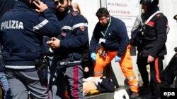 Рятувальники і поліція допомагають пораненому внаслідок стрілянини в суді в Мілані, 9 квітня 2015 року