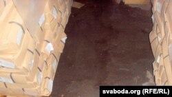 Праз дрэнны дах на складзе гатовай прадукцыі стаялі лужыны. Фота былога загадчыка складу Ўладзімера Кушнарова
