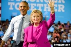 АҚШ-тың қазіргі президенті Барак Обама мен президент сайлауына түсіп жатқан Хиллари Клинтон. АҚШ, Шарлотта, 5 шілде 2016 жыл.