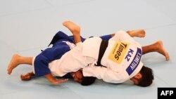 Елдос Сметов (ақ формада) әлем чемпионатында күресіп жатыр. Токио, 25 тамыз 2019 жыл.