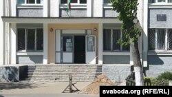 Каля ўваходу ў будынак Кастрычніцкага суду ўзяліся ладзіць пандус