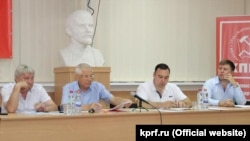 Сергей Богатыренко с Романом Волошиным на собрании крымских депутатов, избранных от КПРФ, в июле 2017 года