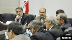 وزیر کشور ایران (چپ) در نشستی در کنار شهردار تهران
