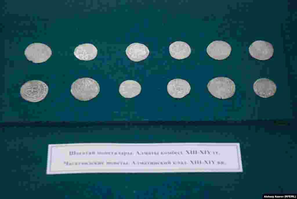 Среди экспонатов выставки «Ценности исламской культуры» – чагатаидские монеты XIII–XIV веков из алматинского клада. На них есть надписи в арабской графике.